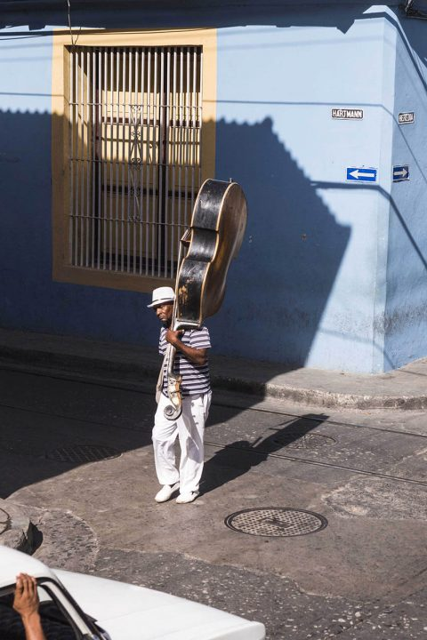 Antillen, Karibik, Cuba, Kuba, Republica de Cuba, Sozialismus, Santiago de Cuba, Calle Heredia, Mann mit Contra Bass morgens auf der Strasse
