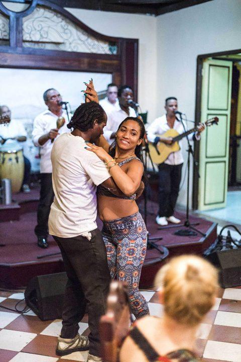 Antillen, Karibik, Cuba, Kuba, Republica de Cuba, Sozialismus, Santiago de Cuba, Casa de la Trova, Jose Maria Heredia- Strasse, Tanz, Son Musik, Band, traditionell,