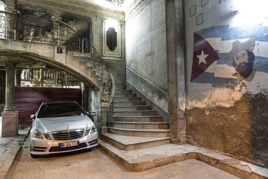 Antillen, Karibik, Cuba, Kuba, Republica de Cuba, Sozialismus, Nordwest Kuba, Havanna, Centro Habana, alte Haeuser, Strasse Concordia, Restaurant, Bar, La Guarida, Mercedes parkt imHaus, Fidel