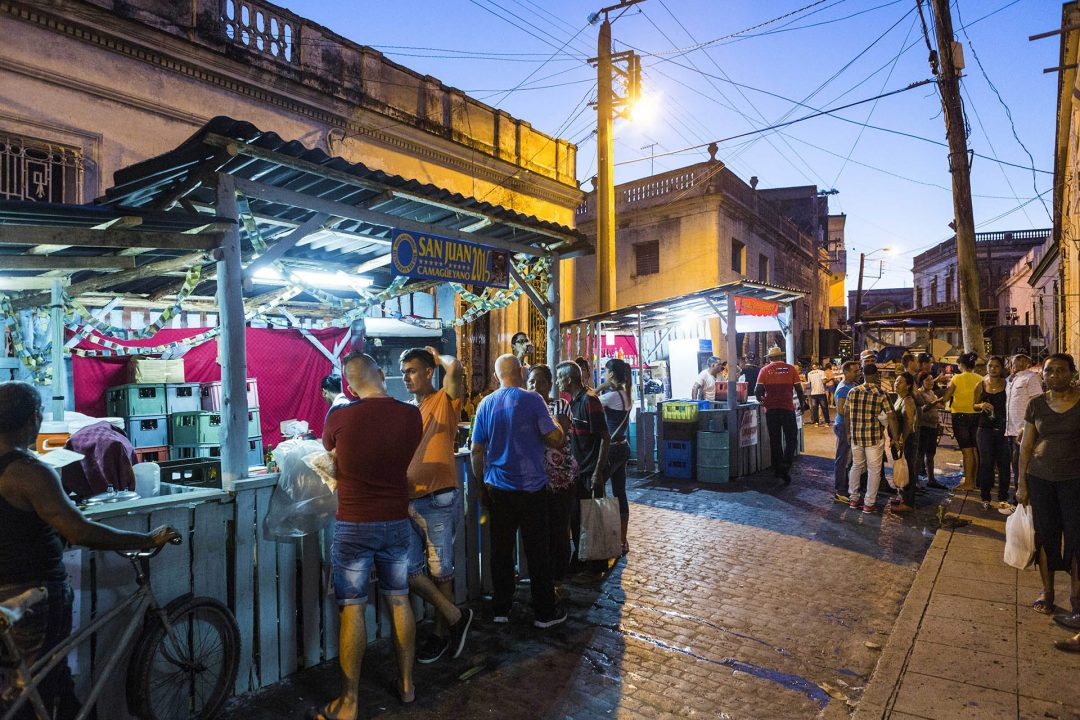 Antillen, Karibik, Cuba, Kuba, Republica de Cuba, Sozialismus, Camaguey, Carneval, Party auf der Strasse, Bierverkauf,