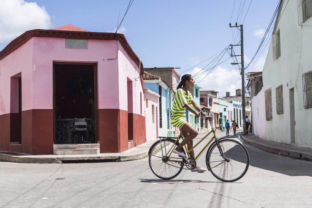 Antillen, Karibik, Cuba, Kuba, Republica de Cuba, Sozialismus, Camaguey, Gasse, Frau auf Fahrrad,