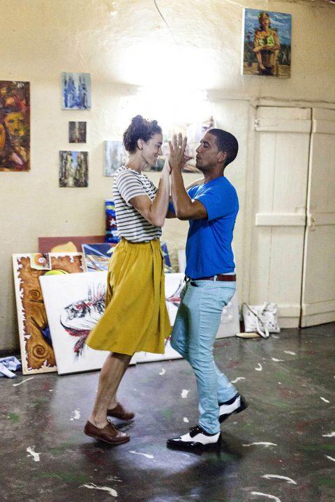 Antillen, Karibik, Cuba, Kuba, Republica de Cuba, Osten, Sozialismus, Baracoa, amerikanerin beim Salsa Krs in einer kleinen Galerie, Sanlly Viera Alarcon,