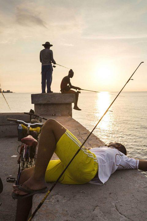 Antillen, Karibik, Cuba, Kuba, Republica de Cuba, Sozialismus, Nordwest Kuba, Havanna, Malecon, Promenade am Meer, Angler, gegenueber vom Castillo del Morro