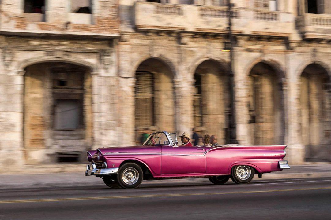 Antillen, Karibik, Cuba, Kuba, Republica de Cuba, Sozialismus, Nordwest Kuba, Havanna, Malecon, Promenade am Meer, alte Haeuser, Oldtimer,