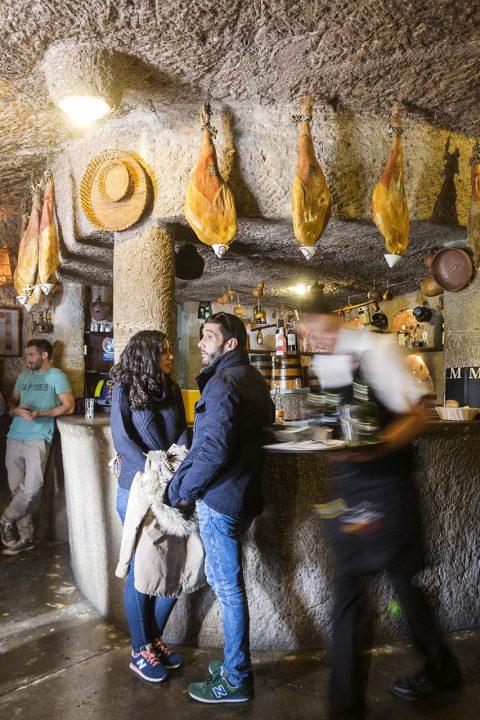 Europa, Spanien, Kanarische Inseln, Gran Canaria, Restaurante Tagoror Guayadeque, in den Felsen, Hoehlen, Sonntags kommen viele Kanaren Bewohner hier her zum Essen, Junto la Ermita