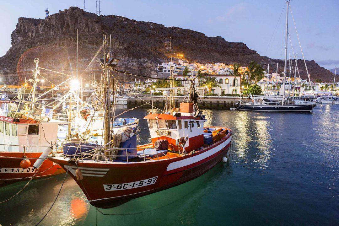 Europa, Spanien, Kanarische Inseln, Canary Island, Gran Canaria, Puerto de Mogán, Felsenkueste, Fischerboote im Hafen