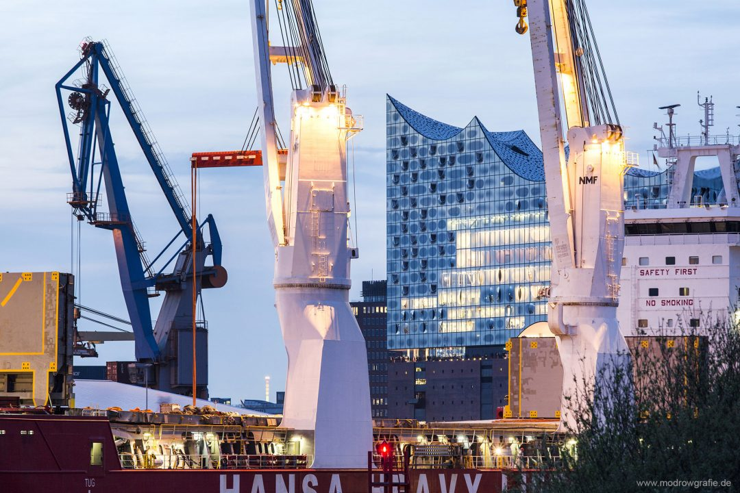 Europa, Deutschland, Hamburg, Norderelbe, Steinwerder Hafen, Afrikahoeft, Kraene, Kran Schiff, Elbphilharmonie, HamburgMusik gmbH Elbphilharmonie und Laeiszhalle Betriebsgesellschaft, Engl.: Europe, Germany, Hamburg, St. Pauli, HafenCity, Elbphilharmonie. Director: Christoph Lieben-Seutter, New concert hall, architectural landmark, height: 110 meters, built on top of a historic warehouse (Speicher), Elbe River, architecture, modern, Harbour City, Hansa Haevy Lift,