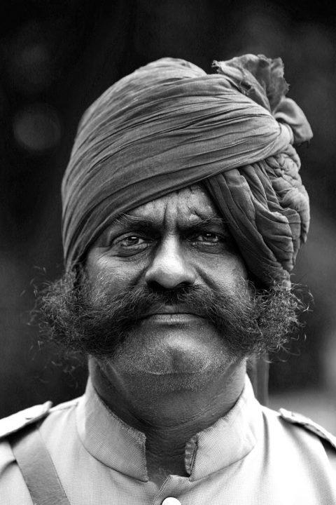 Indien, Republic of India, Rajasthan, Maharaj Suryaveer Singh Rathore; Maharaja vor dem Ajit Bhawan-Palace und Hotel inJodhpur, Oldtimer, Vintage Cars, Veteran Cars,