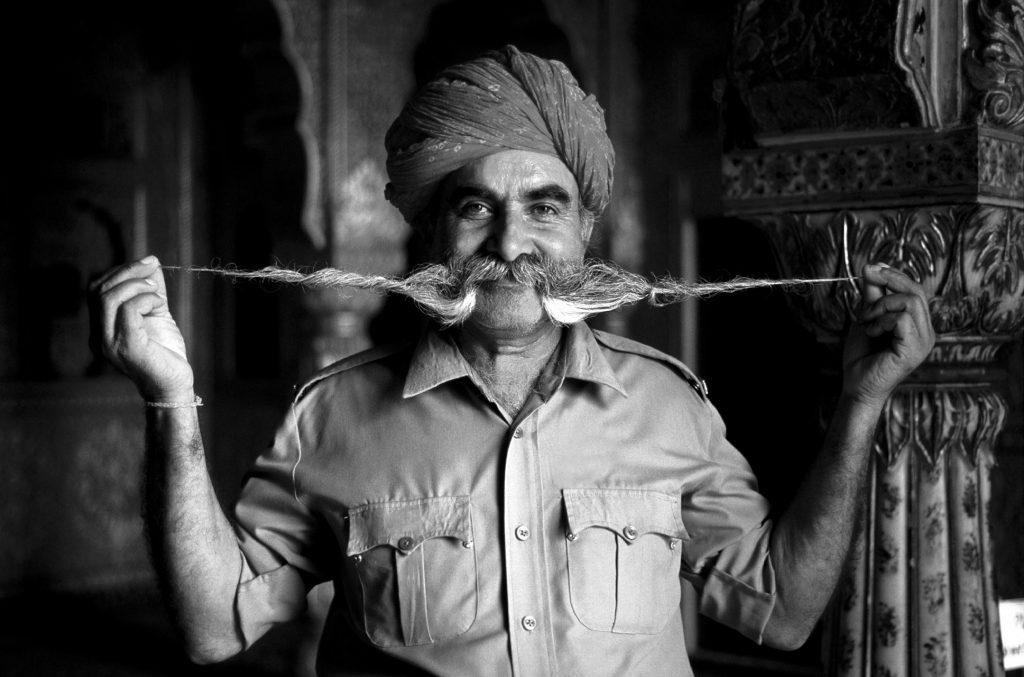 Junagarh Fort Waechter im Kroenungssaal Anup Mahal Rajasthan Indien Bikaner Sticker Button entfernt bearbeitet langer Bart Rajput Turban