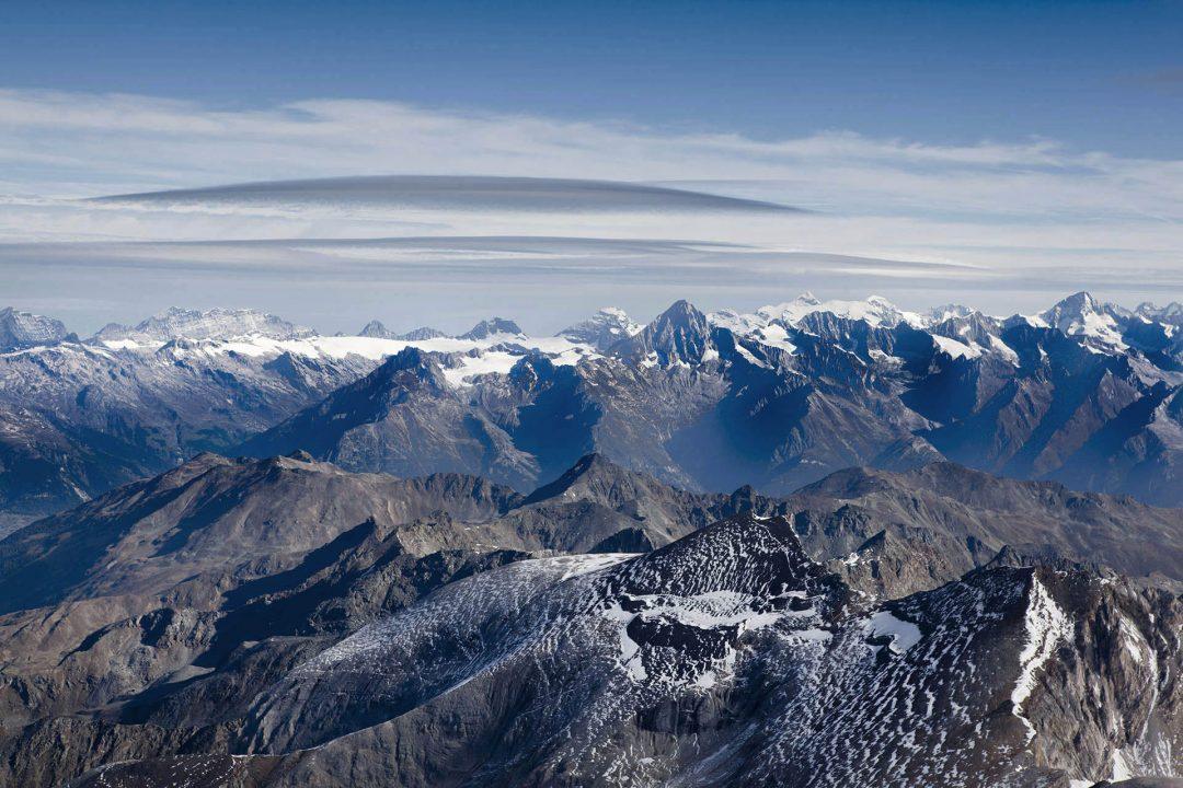 Europa, Schweiz, Wallis, Auf und Ab - Stieg mit Steigeisen, in der Seilschft, Gletscherspalten, Bishorn Besteigung 4153 meter, von der Huette , Abendessen und Übernachtung in der Cabane de Tracuit, Der Turtmanngletscher ist ein Talgletscher in den Walliser Alpen, im Kanton Wallis, Schweiz. Er hat eine Länge von 5.3km, ist im oberen Teil bis 1.5km breit und bedeckt eine Fläche von ungefähr 7.5km².Seinen Ausgangspunkt nimmt der Turtmanngletscher an der Nordwestflanke des Bishorns auf rund 4150 m ü. M. Zunächst fliesst der Gletscher nach Nordwesten, wobei er auf seiner nordöstlichen Seite durch den Grat des Stierbergs (3507 m ü. M.) vom parallel verlaufenden Brunegggletscher getrennt ist. Auf der Höhe des Stierbergs wendet sich der Turtmanngletscher nach Norden und wird im Westen von den Diablons (3592 m ü. M.) flankiert. Im unteren Bereich ist der Eisstrom noch rund 600 m breit. Hier mündet von Osten ein Teil des Brunegggletschers in den Turtmanngletscher. Die Gletscherzunge endet derzeit auf etwa 2240 m ü. M. und entwässert in die Turtmänna, welche durch das Turtmanntal zur Rhône fliesst.In seinem Hochstadium während der Kleinen Eiszeit um die Mitte des 19. Jahrhunderts reichte der Turtmanngletscher noch rund 1 km weiter talabwärts und hatte auch eine kurze Zunge über den Col de Tracuit ins Einzugsgebiet des Val d'Anniviers oberhalb von Zinal. Als einer der wenigen Gletscher in den Schweizer Alpen wies der Turtmanngletscher zwischen 1980 und 2000 insgesamt eine positive Längenänderung auf. Seither zieht er sich jedoch rapide zurück.Auf einer Höhe von 3256 m ü. M. am westlichen Gletscherrand an der Kante gegen das Val d'Anniviers steht die Cabane de Tracuit, eine Hütte des Schweizer Alpenclubs SAC. Sie dient als Ausgangspunkt für die Besteigung des Bishorns sowie des Weisshorns.