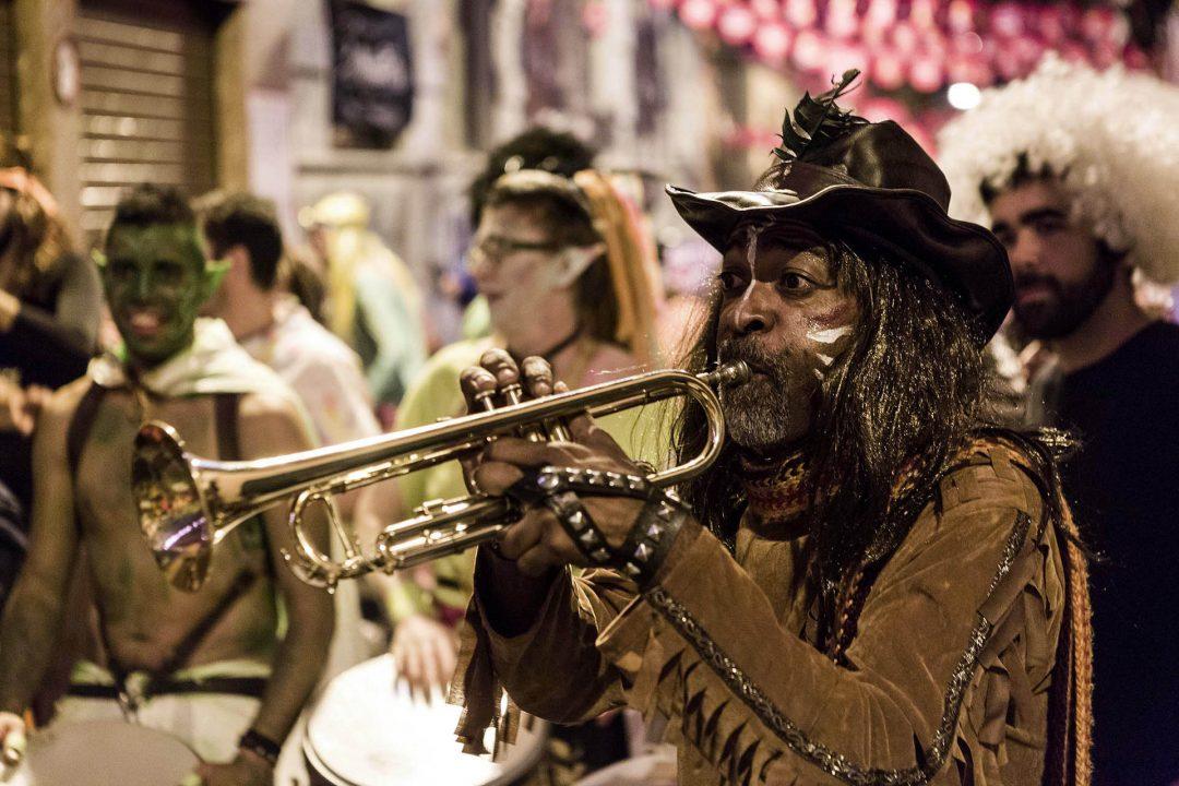 Europa, Spanien, Kanarische Inseln, Teneriffa, Santa Cruz, Karneval, Party, Carnval de Tenerife, Carnaval de Dia, grosses Karnevalsfest fuer die ganze Familie, Gassen, Altstadt, Party beim Placa de Espana, Calle del Clavel, Orquestra La Mecanica, Trommelgruppe,