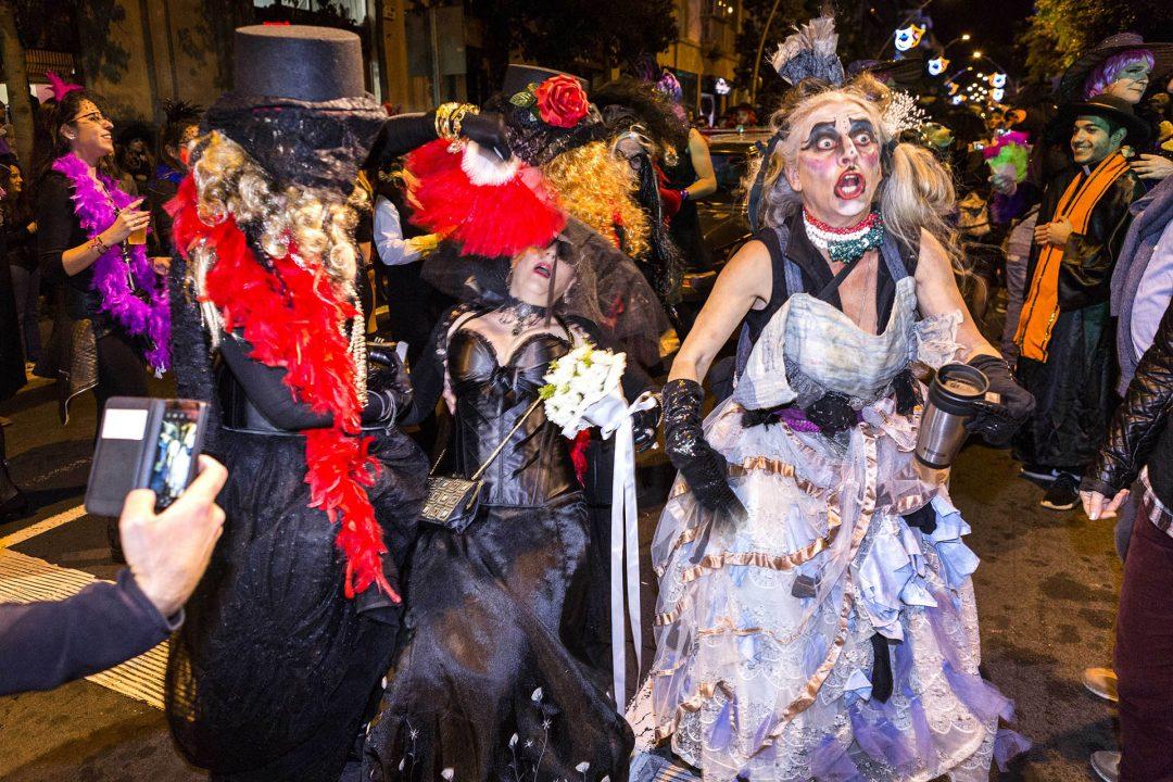 Europa, Spanien, Kanarische Inseln, Teneriffa, Santa Cruz, Karneval, Party, Carnval de Tenerife, Entierro de la Sardina, die Beerdigung der Sardine, Umzug durch die Stadt, wird am Ende verbrannt, alle kommen in Schwarz und trauern,