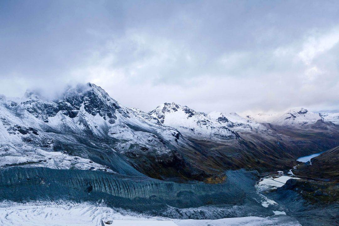 Europa, Schweiz, Wallis,  Sierre, Siders, Walliser Alpen, wandern, trekking,  am Stausee Lac de Moiry 2249 meter, wandern zur Cabane de Moiry, Huette 2825 meter, Endmoraene des Moiry Gletschers, morgens Neuschnee,  Der Lac de Moiry befindet sich im Kanton Wallis in der Gemeinde Grimentz.Zu erreichen ist der Stausee von Sierre her durch das Val d'Anniviers. Letzte grössere Ortschaft vor dem Stausee ist Grimentz.Eingebettet ist der See zwischen dem Garde de Bordon (3310 m ü.M.), der Corne de Sorebois (2896 m ü.M.) und dem Sasseneire (3254 m ü.M.).Bogenstaumauer