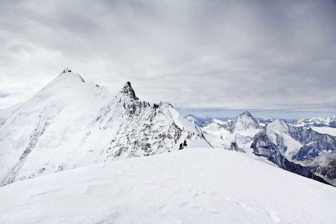 Europa, Schweiz, Wallis, Sierre, Siders, Walliser Alpen, Val de Anniviers, Val de Zinal, Wanderung, wandern, Trekking, Huettenwanderung, Wanderung, Auf und Ab - Stieg  von der Huette , Cabane de Tracuit,  3256 meter,  ueber den Turtmanngletscher , er ist ein Talgletscher in den Walliser Alpen, im Kanton Wallis, auf das Bishorn, 4153 meter, Col de Tracuit, Auf einer Hoehe von 3256 m ü. M. am westlichen Gletscherrand an der Kante gegen das Val d'Anniviers steht die Cabane de Tracuit, eine Huette des Schweizer Alpenclubs SAC. Sie dient als Ausgangspunkt für die Besteigung des Bishorns sowie des Weisshorns. morgens, Seilschaft, Gruppe, gemeinsam, Sicherheit, Vorbereitung, Steigeisen, Eispickel, Gefahr vor Gletscherspalten, morgens, Sonnenaufgang, beim Gipfel, Weisshorn,