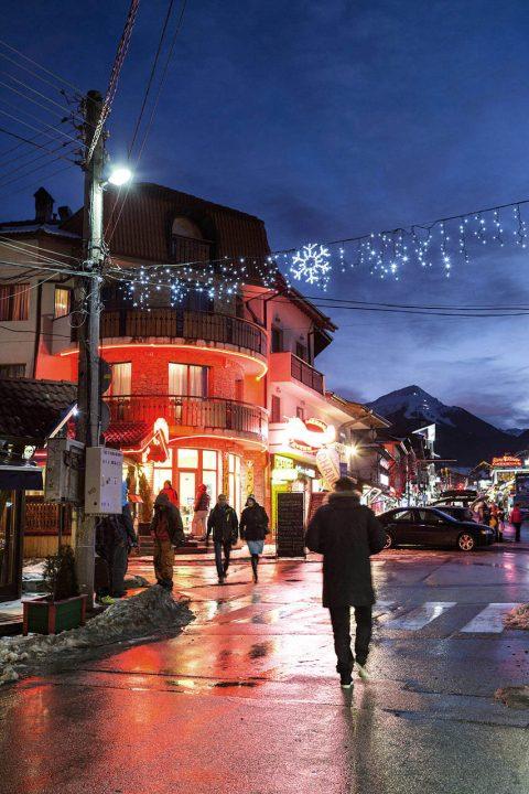Bulgarien, Balkan, Bansko, Skigebiet, Pirin Gebirge, Pirin Str, Pirin Str, Altstadt, Restaurants, Geschaefte, Abend,