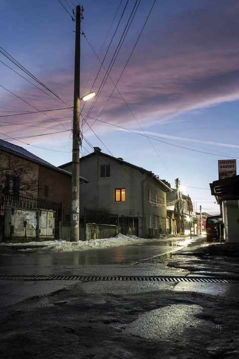 Bulgarien, Balkan, Bansko, Skigebiet, Pirin Gebirge, Nebenstr, Fenster,  bei der Pirin Str, Altstadt, Wohnhaeuser, Abend,