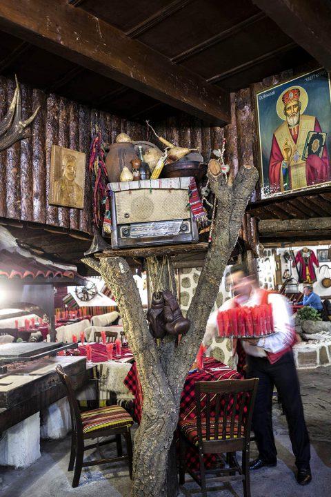 Bulgarien, Balkan, Bansko, Skigebiet, Pirin Gebirge, Mexana Restaurant am Otets Paisii Hilendarski Denkmal, Moench, der die Geschichte der Sklaven auf dem Berg Athos geschrieben hat,