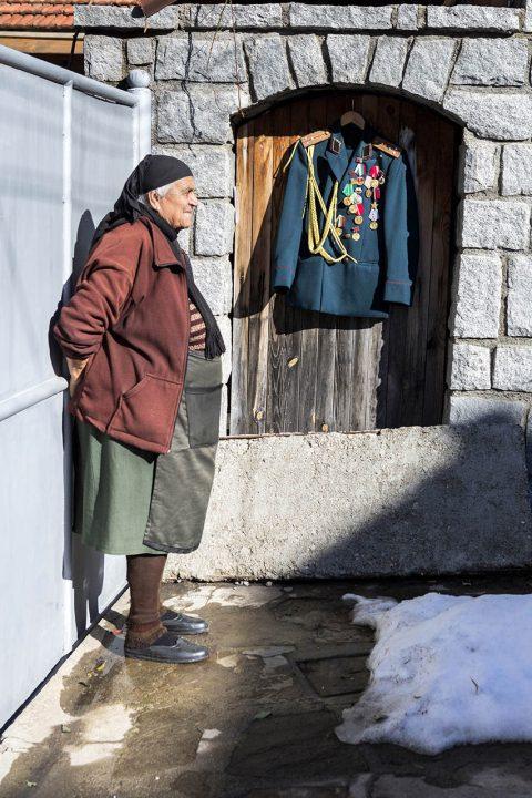 Bulgarien, Balkan, Bansko, Altstadt, Skigebiet, Antiquitaetenhaendler, der 20 Jahre bei Mercedes in Stuttgart gearbeitet hat, alte Frau genießt die Sonne