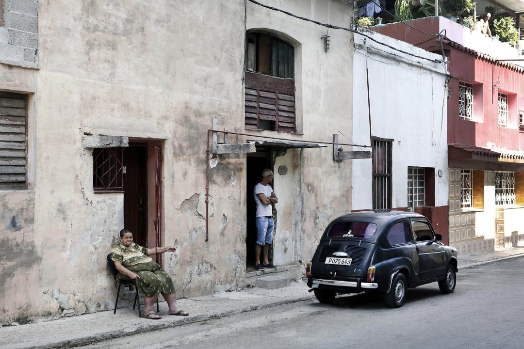 Antillen, Karibik, Cuba, Kuba, Republica de Cuba, Sozialismus, Nordwest Kuba, Havanna, Centro Habana, alte Haeuser, Abend, Oldtimer, Amerikanisches Auto, Vintage car