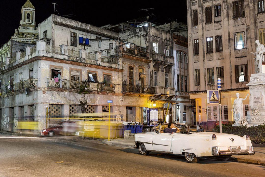 Antillen, Karibik, Cuba, Kuba, Republica de Cuba, Sozialismus, Nordwest Kuba, Havanna, La Habana Vieja, Altstadt, Calle Obispo, Paza de Albear, W-Lan Spot, Oldtimer, Amerikanisches Auto, Vintage car