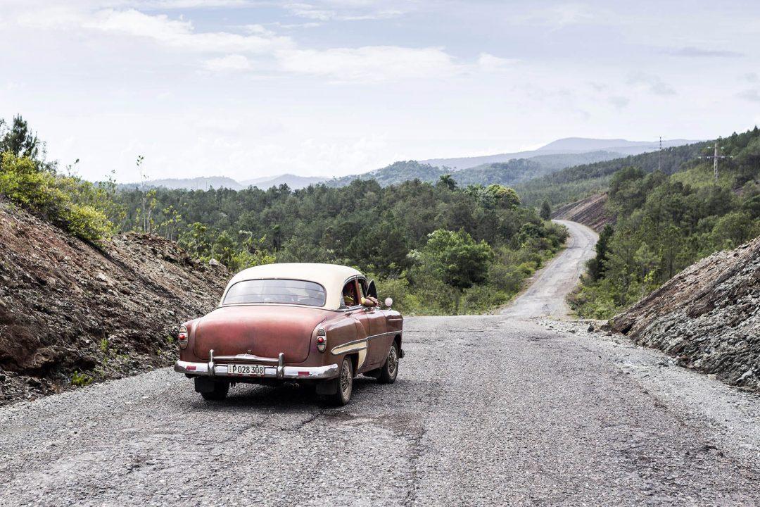 Antillen, Karibik, Cuba, Kuba, Republica de Cuba, Osten, Sozialismus, schlechte Strasse von Moa nach Baracoa, Taxi, Oldtimer, Amerikanisches Auto, Vintage car