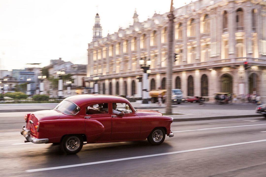 Antillen, Karibik, Cuba, Kuba, Republica de Cuba, Sozialismus, Nordwest Kuba, Havanna, Paseo del Prado, Gran Teatro de la Habana, Abend, Taxi am Abend,
