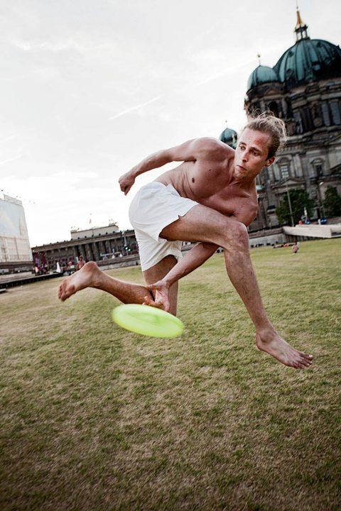 Europa, Deutschland, Berlin, Freestyle Frisbee, am Dom, Wiese,