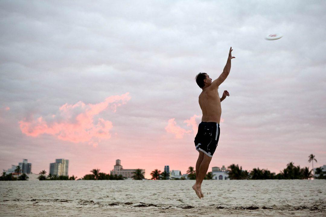 USA, Vereinigte Staaten von Amerika, United States of America, Florida, Miami Beach, Southbeach, Strand beim Art Deco District, Atlantischer Ozean, Meer, Ocean Walk, Atlantik, Promenade, Frisbee,
