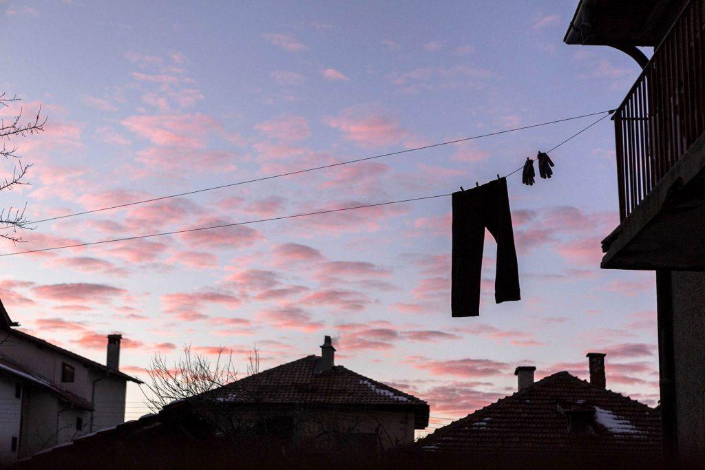 Bulgarien, Balkan, Bansko, Skigebiet, Pirin Gebirge, Altstadt, , Hose und Handschuhe, Waescheleine, Abendhimmel, Wolken, Daecher