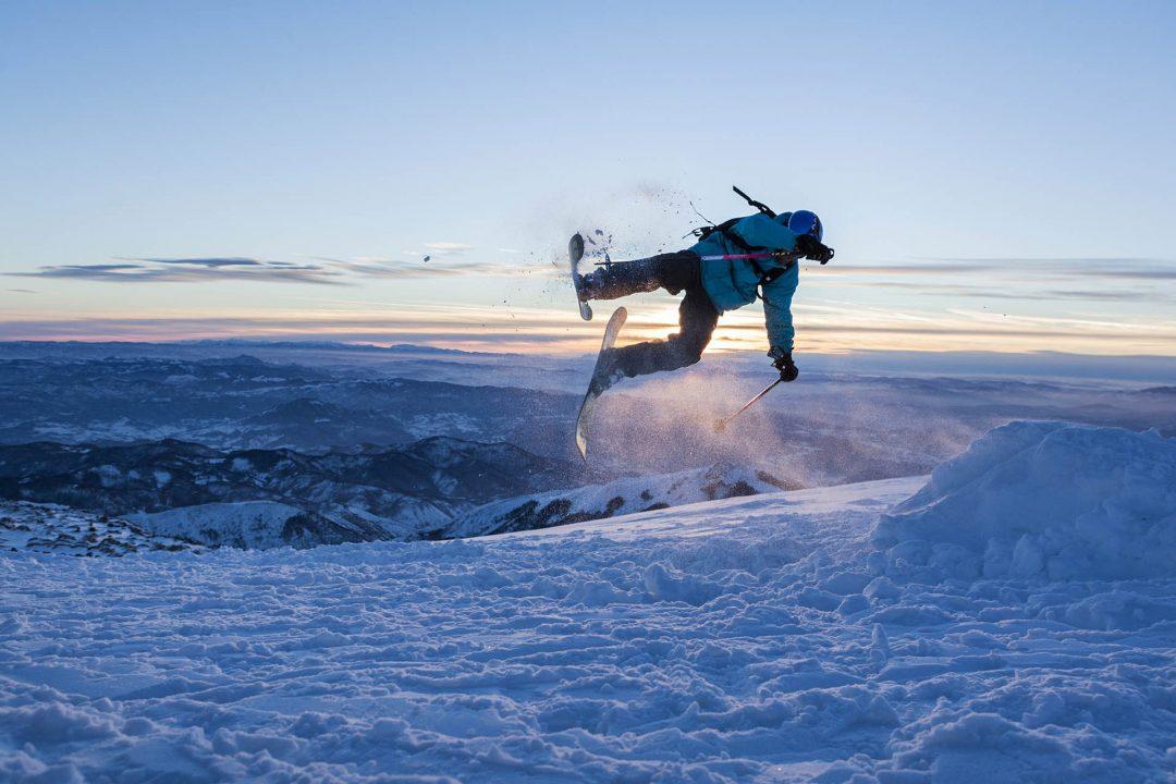 Serbien, Balkan, Kopaonik, Skigebiet, beim Hotel Grand direkt am Skigebiet, Lifte, Sessellifte, Pisten, Skifahren, hinten Kosovo, Sportstudenten, springen,