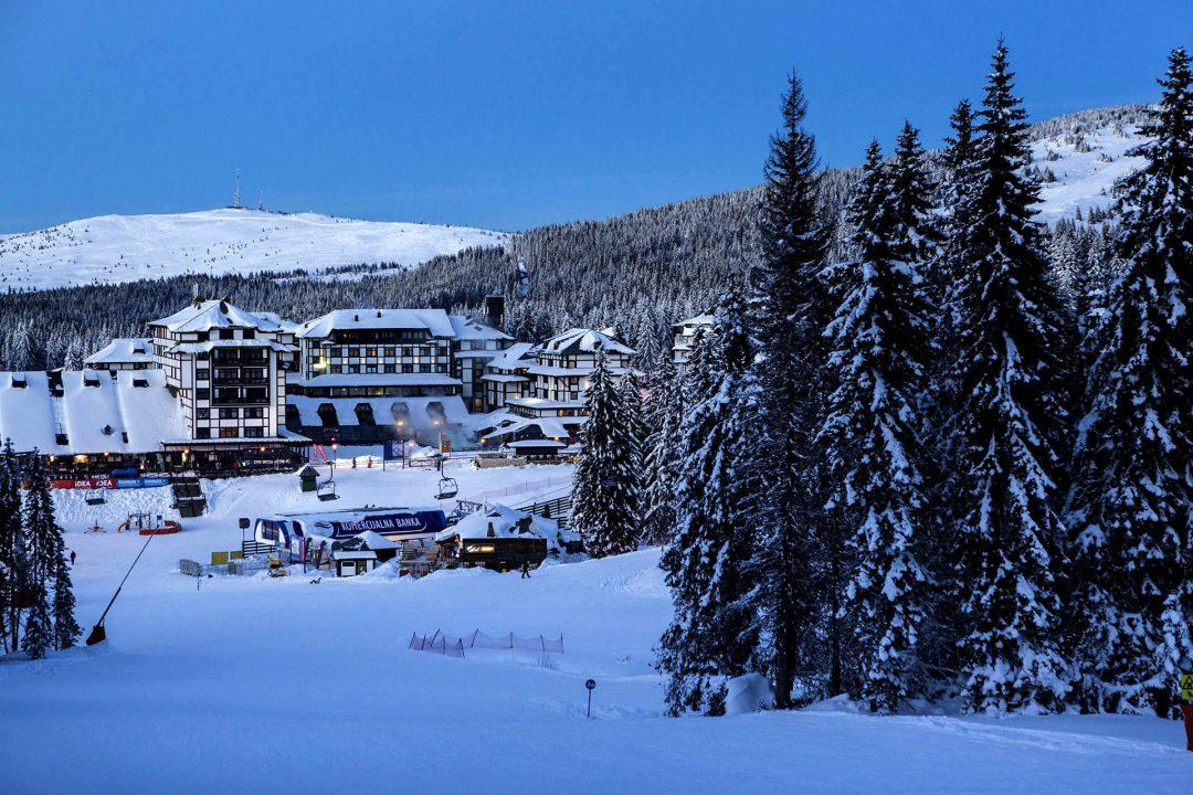 Serbien, Balkan, Kopaonik, Skigebiet, beim Hotel Grand , direkt am Skigebiet, Lifte, Sessellifte, Pisten, Skifahren, Abfahrtsski, Schneebedeckt, Abend