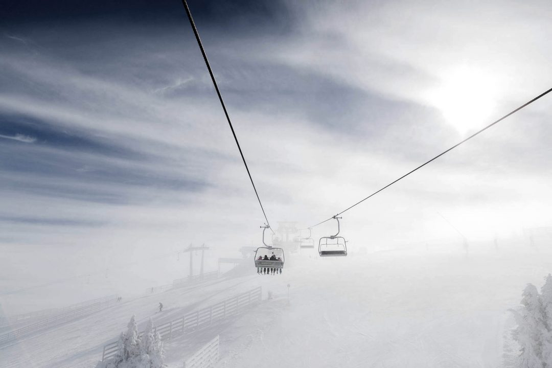 Serbien, Balkan, Kopaonik, Skigebiet, Gondei durch den Nebel zum Gipfel Suvo Rudiste, 1918 meter hoch,  Lifte, Sessellifte, Pisten, Skifahren, Abfahrtsski, Schneebedeckt, Tannen,