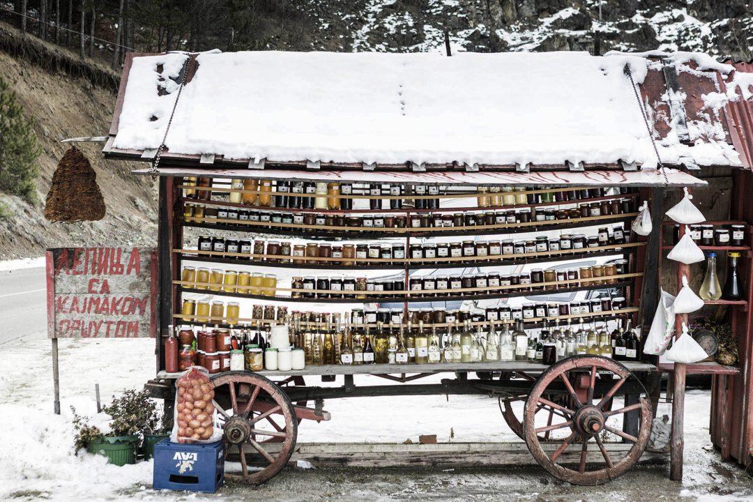 Serbien, Balkan, Eingemachtes zum Verkauf an der Strasse bei Kopaonik,
