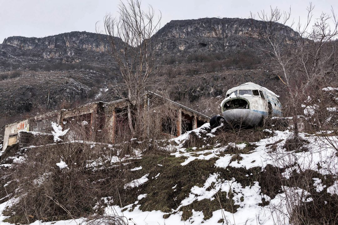 Serbien, Balkan, Serbien , Nis, Flugzeugwrack an der Strasse,