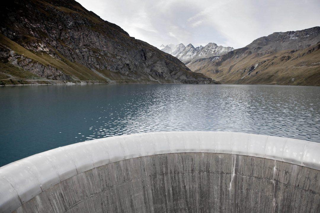 Europa, Schweiz, Wallis,  Sierre, Siders, Walliser Alpen, wandern, trekking,  am Stausee Lac de Moiry 2249 meter, wandern zur Cabane de Moiry, Huette 2825 meter, Der Lac de Moiry befindet sich im Kanton Wallis in der Gemeinde Grimentz.Zu erreichen ist der Stausee von Sierre her durch das Val d'Anniviers. Letzte grössere Ortschaft vor dem Stausee ist Grimentz.Eingebettet ist der See zwischen dem Garde de Bordon (3310 m ü.M.), der Corne de Sorebois (2896 m ü.M.) und dem Sasseneire (3254 m ü.M.).Bogenstaumauer  Kronenlänge:610 mHöhe:148 mSperrenvolumen:815'000 m³Einzugsgebiet:29.0 km²Stauvolumen:77 Mio. m³Oberfläche:140 haLänge:2.4 kmKapazität:60 m³/sForces Motrices de la Gougra SA, Sierre