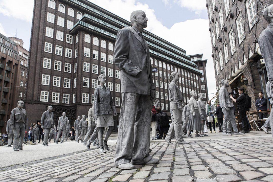 Europa, Deutschland, Hamburg, Kunstperformance, 1000Gestalten, kreativer Protest gegen G20, Burchardplatz, 2017_07_05, die verkrusteten Gestalten haben den Glauben an Solidaritaet verloren, Kollektiv Tausend Gestalten,