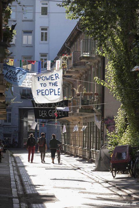 Deutschland; Europa; Hamburg, G20, 08.07.2017, Demonstranten, G20 Gipfel, Karolinenviertel, bei der Messe, Paasage, Banner, Protest  G20 Summit,
