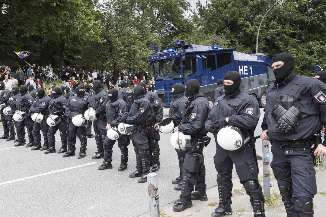 Deutschland; Europa; Hamburg, G20, 08.07.2017, Demonstranten, Protetler sitzen auf der gesperrten Strasse, Ludwig Erhardt Strasse, vor den tanzenden Tuermen an der Reeperbahn, Sitzblockaden,  Demonstration, Kundgebung, Wasserwerfer, Polizei,  G20 Summit,