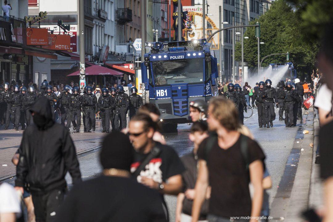 Deutschland; Europa; Hamburg, G20, 07.07.2017, Demonstranten, Protetler,  Reeperbahn, Sitzblockaden,  Wasserwerfer, Polizei,  G20 Summit,