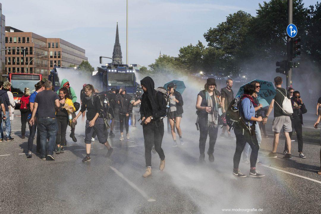 Deutschland; Europa; Hamburg, G20, 07.07.2017,,  Demonstranten, Protetler sitzen auf der gesperrten Strasse, Ludwig Erhardt Strasse, vor dem Michel, Sankt Michaelis Kirche, Wasserwerfer, Polizei,  G20 Summit,