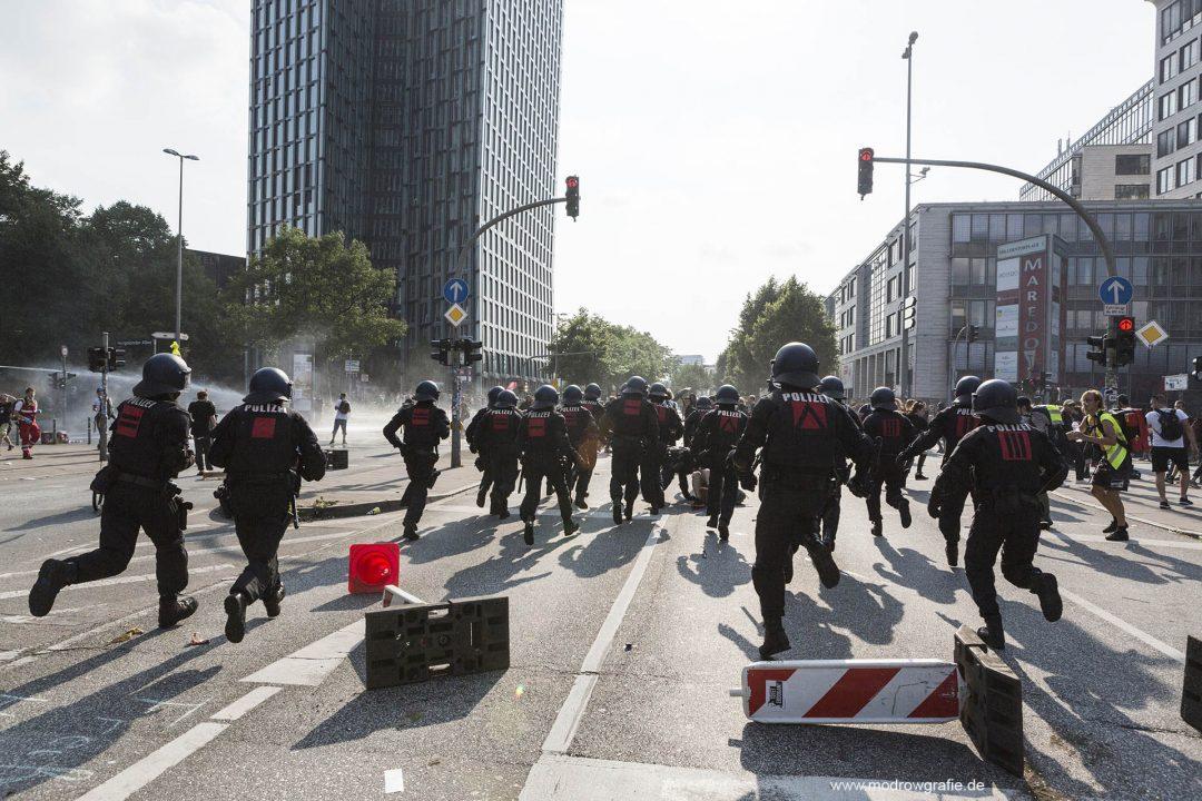 Deutschland; Europa; Hamburg, G20, 07.07.2017, Demonstranten, Protetler sitzen auf der gesperrten Strasse, Ludwig Erhardt Strasse, vor den tanzenden Tuermen an der Reeperbahn, Sitzblockaden,  Wasserwerfer, Polizei,  G20 Summit,