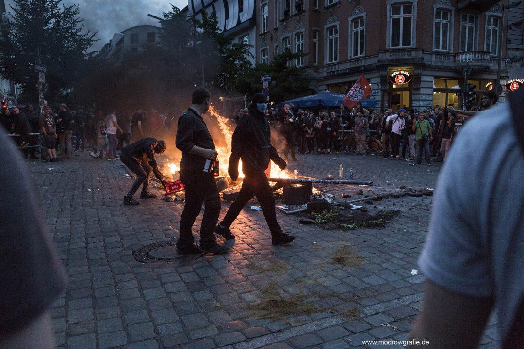 Deutschland; Europa; Hamburg, G20, 07.07.2017,das Schanzenviertel, Schulterblatt, bei der Roten Flora, Schaulustige, Demonstranten, G20 Summit,