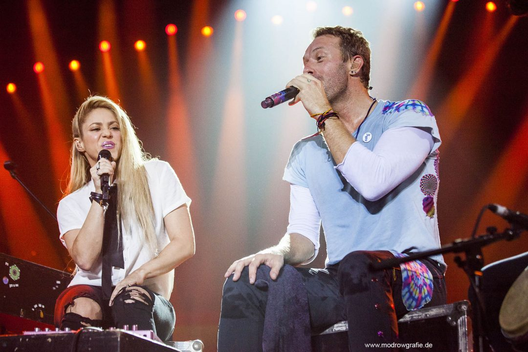 Germany, Hamburg, Barcley Card Arena, Volkspark, Concert,  Global Citizen Festival on 06.07.2017, the night before G20 Summit, in the Barclaycard Arena in Hamburg. The performing artists are Coldplay, Chris Martin, with Shakira,  The festival is organized by the social action platform Global Citizen.