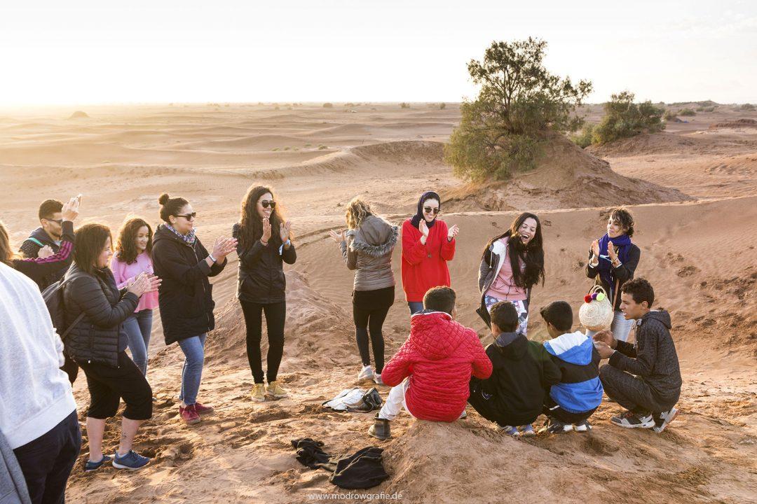 Koenigreich Marokko, Sahara, M'Hamid El Ghizlane, Draa Valley,  Wueste, Duenen, Sand, Taragalte Festival, 2018, Berber Musik, Fest, Party, Zeltlager, Lifemusik, engl: Music Festival, Sand Dunes, Sahara, desert, Berber Music, Tents, people in the dunes, sunset,
