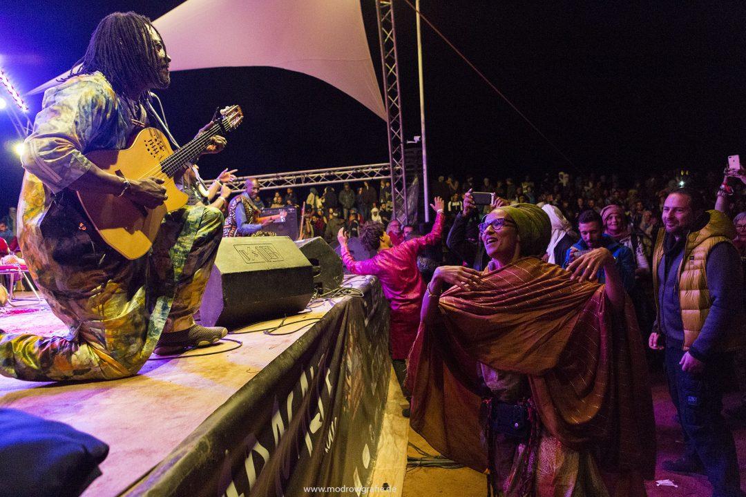 Koenigreich Marokko, Sahara, M'Hamid El Ghizlane, Draa Valley,  Wueste, Duenen, Sand, Taragalte Festival 2018, Berber Musik, Fest, Party, Zeltlager, Lifemusik, engl: Music Festival, Sand Dunes, Sahara, desert, Berber Music, Stage, Habib Koite, Band from Mali, Oum dancing,