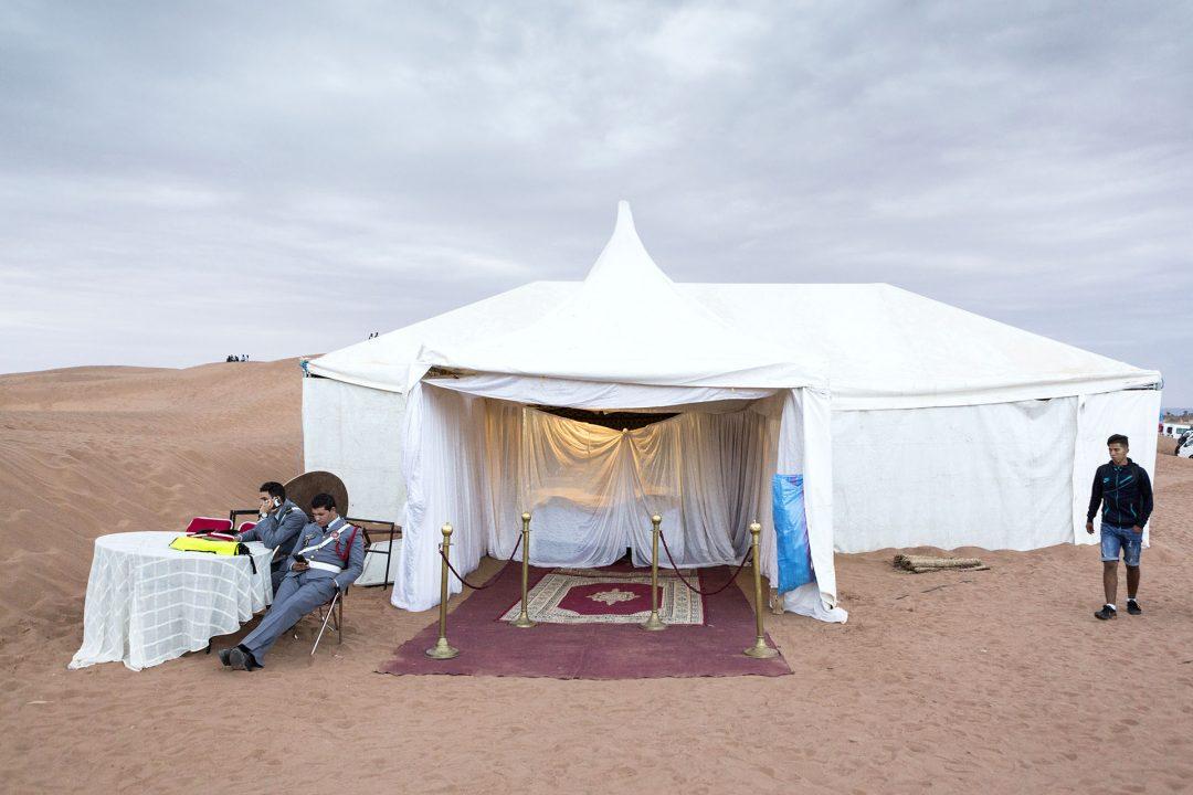 Koenigreich Marokko, Sahara, M'Hamid El Ghizlane, Draa Valley,  Wueste, Duenen, Sand, Taragalte Festival, 2018, Berber Musik, Fest, Party, Zeltlager, Lifemusik, engl: Music Festival, Sand Dunes, Sahara, desert, Berber Music, Tents,  Catering tent, Zelt, Polizei,