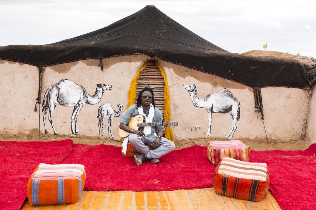 Koenigreich Marokko, Sahara, M'Hamid El Ghizlane, Draa Valley,  Wueste, Duenen, Sand, Taragalte Festival, 2018, Berber Musik, Fest, Party, Zeltlager, Lifemusik, engl: Music Festival, Sand Dunes, Sahara, desert, Berber Music, Tents,  Habib Koite, Band from Mali,