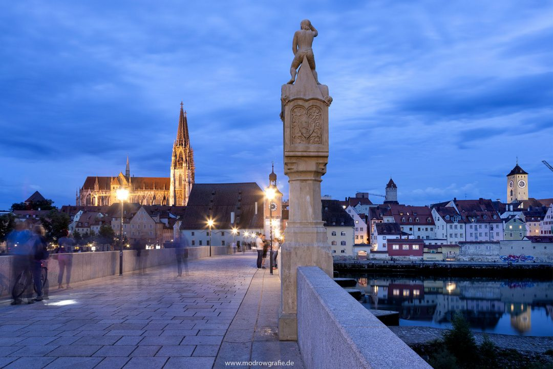 Europa, Deutschland, Donau, Bayern, Regensburg, 32.Steinerne Bruecke mit Dom und Brueckturm