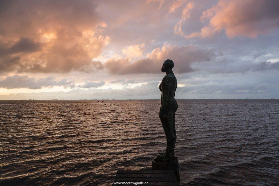 Europa, Deutschland, Niedersachsen, Ostfriesland, Jadebusen, Dangast, Nordsee, Hafen, natuerlicher Strand, Kunst, Skulptur, nackte Frauenfigur, Jade,