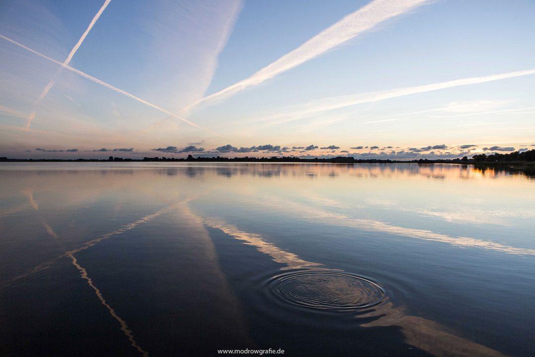 Europa, Deutschland, Niedersachsen, Ostfriesland, Bedekaspel, grosses Meer, Kondenzstreifen von Flugzeugen, Spiegelung, Fisch